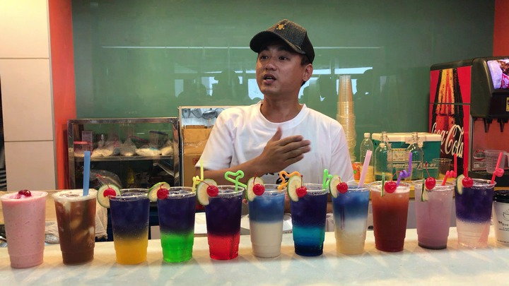 黃偉傑用泰國蝶豆花研發出12星座漸層特調,很受歡迎。記者吳淑君/攝影