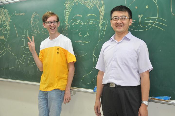 克里斯(左)今天到成功國中表演左右手同時畫漫畫,右為校長陳斯彬。記者游明煌/攝影
