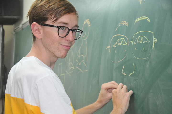 克里斯(左)今天到成功國中表演左右手同時畫漫畫。記者游明煌/攝影