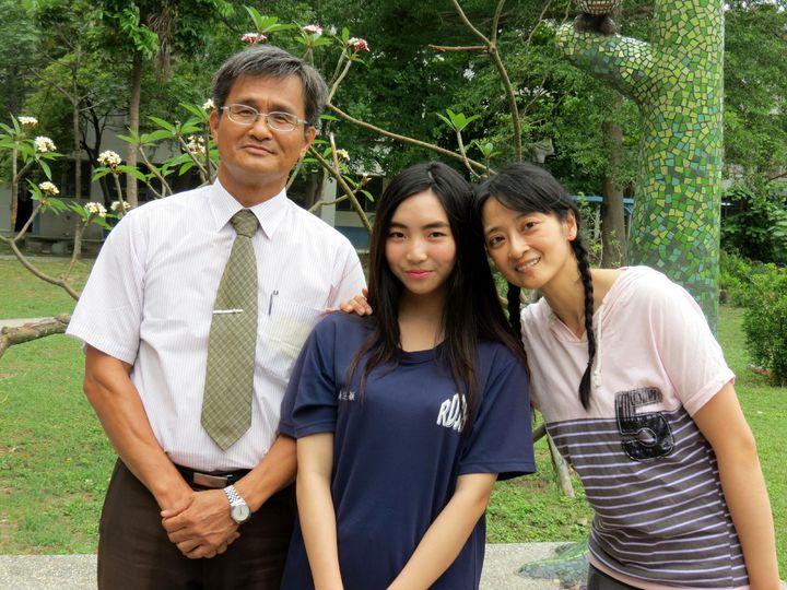 吳芝穎今天確定獲得總統教育獎,校長卓水林(左)與推薦她的陳羽庭都很開心。記者周宗禎/攝影
