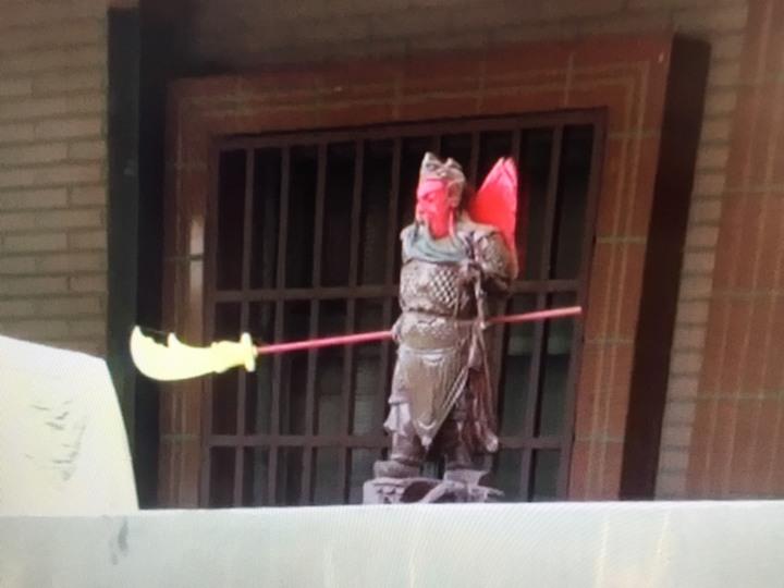 古姓嫌犯在住處圍牆立關公像。記者郭政芬/翻攝