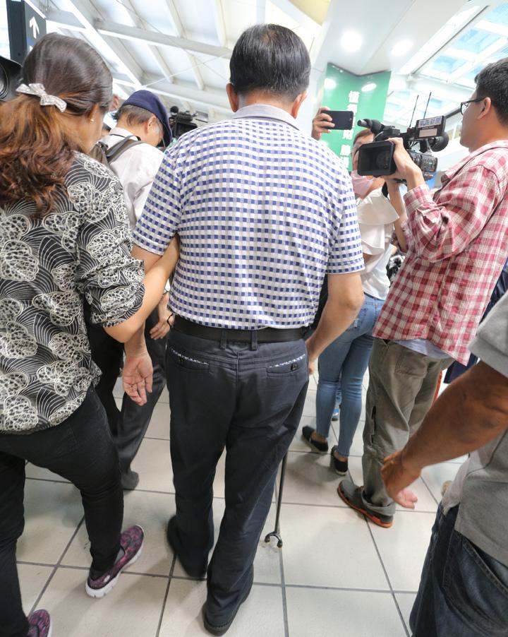 前總統陳水扁今天傍晚在主治醫師陳順勝陪同下,搭乘高鐵北上參加凱達格蘭學校餐會,阿扁氣色不錯,自己拿柺杖行走,不過面對提問毫無表情。記者劉學聖/攝影
