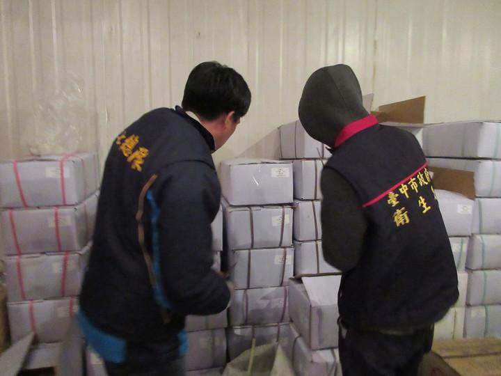 台中市衛生局等單位查獲宏碩海產公司涉嫌販售改標的過期「冷凍鮑魚」。圖/台中市衛生局提供
