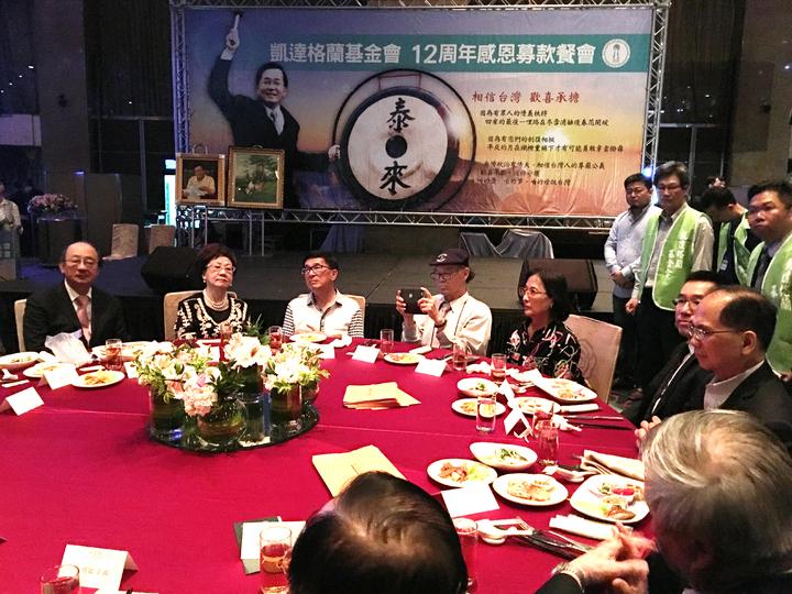前總統陳水扁(左三)進入凱達格蘭基金會舉辦的12週年感恩募款餐會,違反中監「不得進入會場」的五不原則。記者蘇健忠/攝影