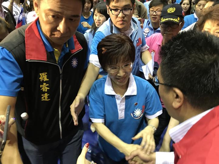 國民黨主席洪秀柱力拼連任,在選前之夜受到民眾熱烈歡迎。記者林麒瑋/攝影
