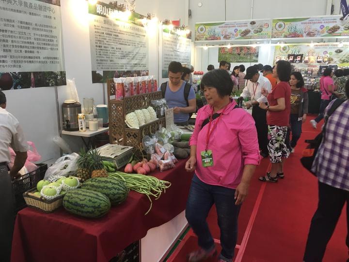 中部一年一度最大規模的素食盛會「2017台中素食養生暨健康產  業展」在台中世貿中心登場,首日即吸引大批民眾到場搶購。記者宋健生/攝影