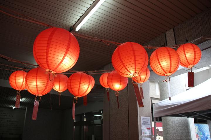長庚科大106畢聯會打造「長庚宮」,校方特地為每個班級點「光明燈」,祈求考證照順利。記者許政榆/攝影