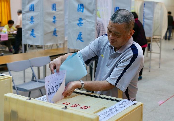 國民黨主席選舉上午展開投選票,不少黨員到黨部投票所,選出心目中的黨主席。記者許正宏/攝影
