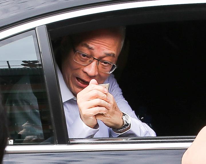 吳敦義離去前向眾人拱手作揖。記者鄭清元/攝影