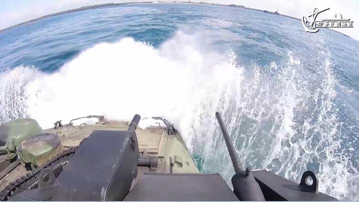 AAV-7兩棲突擊車衝入水中的前一剎那。(記者程嘉文/擷自影片)