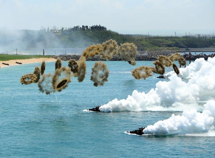 陸戰隊AAV-7兩棲突擊車向登陸灘頭挺進,除以引擎施放煙幕,並同時施放煙幕彈。(軍聞社)