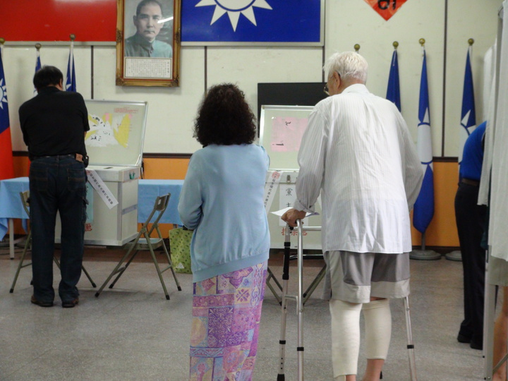 國民黨主席選舉今天上午八點開始投票,雲林縣雖然早上飄雨,但不減黨員投票意願,縣黨部八點開始就大排長龍。記者陳雅玲/攝影