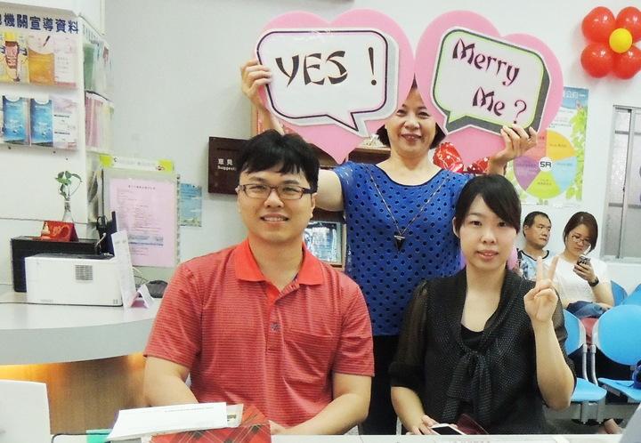 新人陳佳育(左)與梁容瑋今天一早由男方父母陪同到戶政單位辦理結婚登記。記者羅紹平/攝影