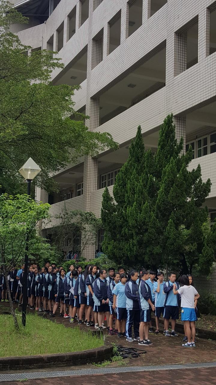 第二節數學科考試開始前,考生列隊準備進入試場接受挑戰。記者胡蓬生/攝影