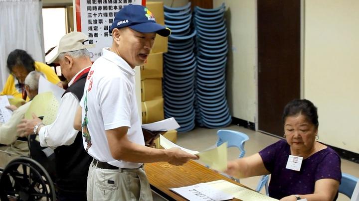 國民黨主席候選人韓國瑜,至新北市中和區莒西市民活動中心進行投票。記者林麒瑋╱攝影