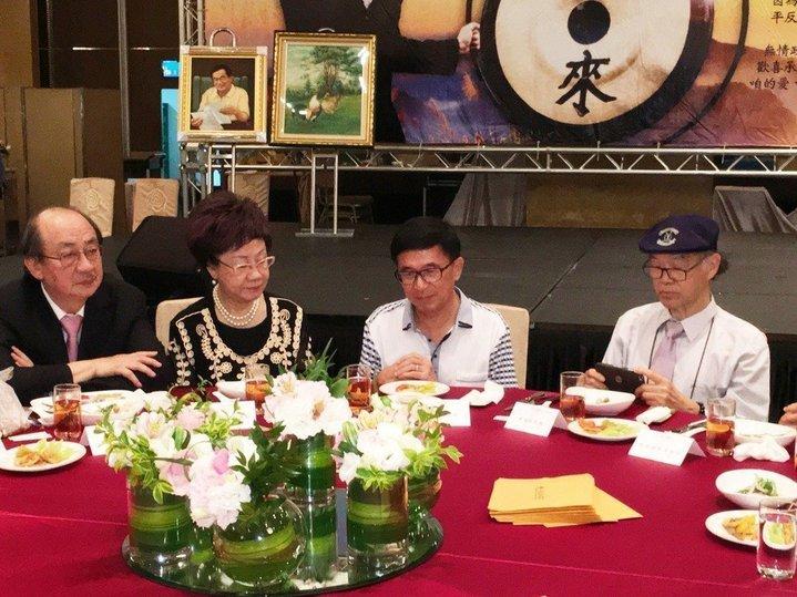 前總統陳水扁(右二)出席參加凱達格蘭基金會舉辦的12周年感恩募款餐會。 記者蘇健忠╱攝影