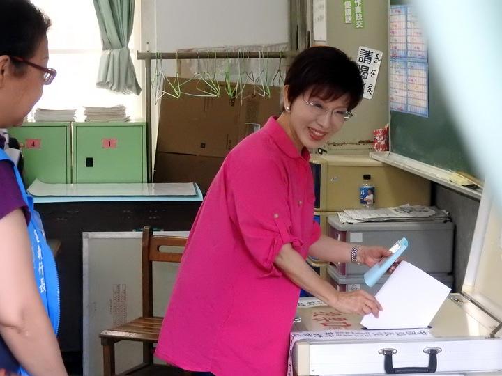 國民黨主席選舉今天投票,洪秀柱上午10點現身新北市永和國小投票。記者祁容玉/攝影