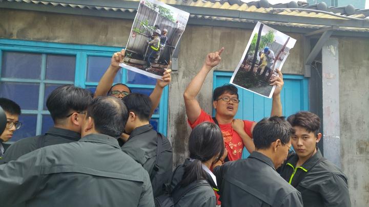 松菸護樹聯盟上午至柯文哲出席場合抗議。記者莊琇閔/攝影