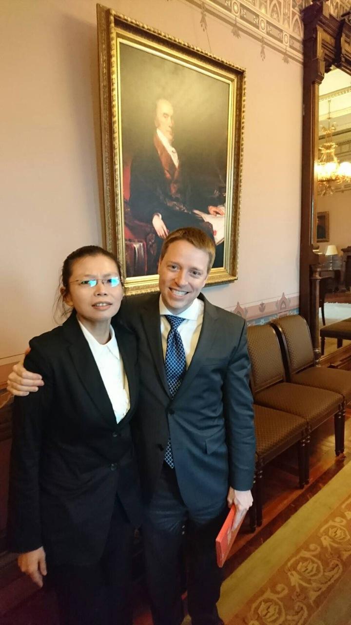台灣NGO工作者李明哲遭中國大陸拘留,其妻李凈瑜(左)19日赴美國白宮會晤國安會亞洲事務資深主任博明(右),博明表示,將盡全力協助。圖/楊憲宏提供