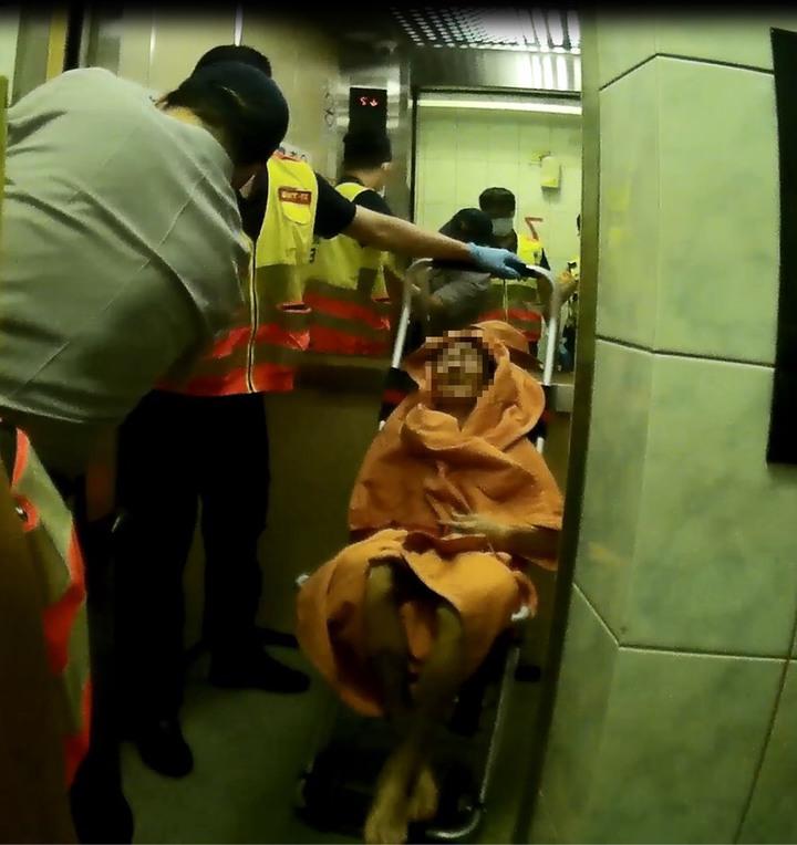 朱姓老翁在家跌倒不起,三天未進食,瘦得皮包骨,所幸警消及時破門搶救送醫。記者林佩均/翻攝