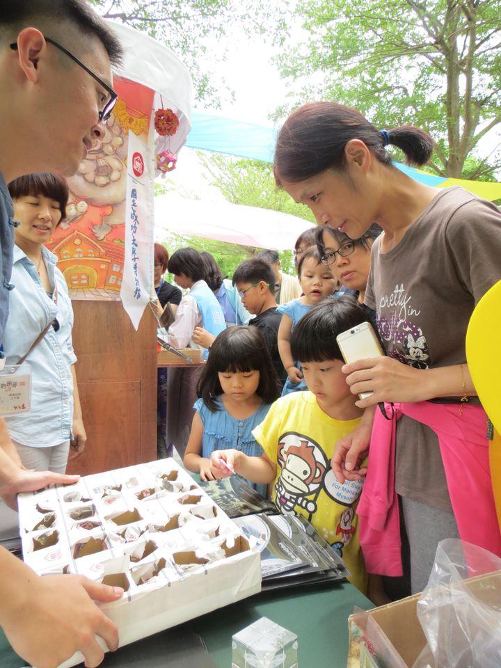 成大也有博物館,連台南市民也多不知情,館方今天推出互動遊戲攤車,吸引民眾參觀。記者周宗禎/攝影