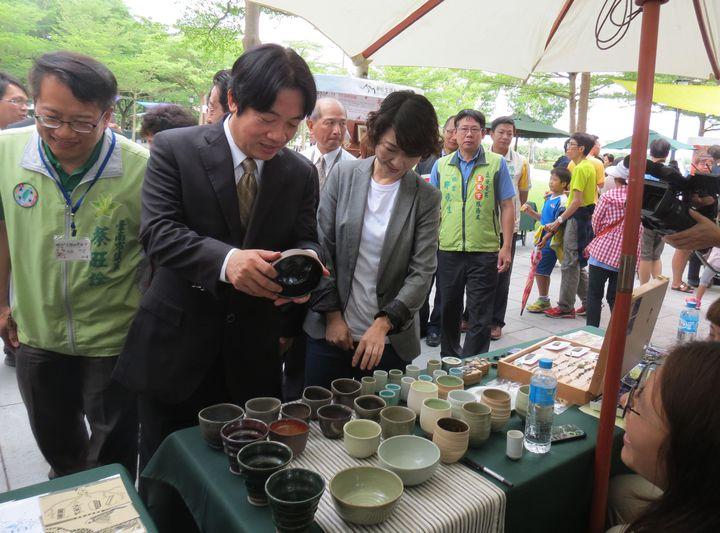 市長賴清德參觀拿起藝術作品仔細察看。記者周宗禎/攝影