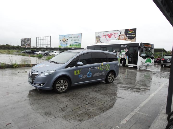 全國首創電動車旅遊首發團抵嘉義縣旅遊搭低碳縣公車及電動轎車接駁遊玩。記者魯永明/攝影