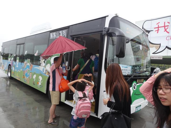 全國首創電動車旅遊首發團抵嘉義縣旅遊搭乘低碳縣公車接駁。記者魯永明/攝影