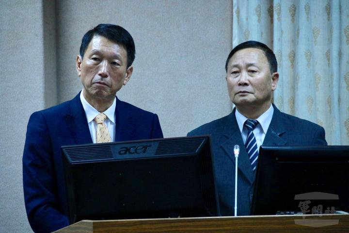 陳正棋(右)上月26日在立院外交國防委員會備詢,左為時任副部長李喜明上將,現任參謀總長。(軍聞社資料照)