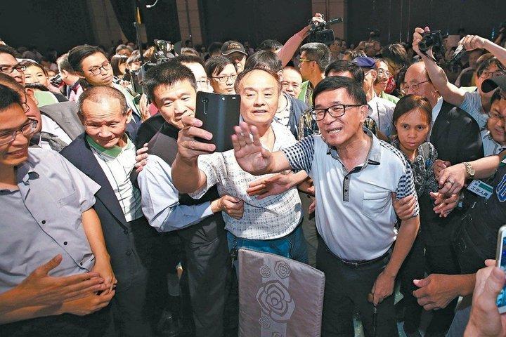 前總統陳水扁(前右)昨晚進入凱達格蘭基金會舉辦的十二周年感恩募款餐會,直接挑戰中監五不原則中的「不得進入會場」。 記者蘇健忠/攝影