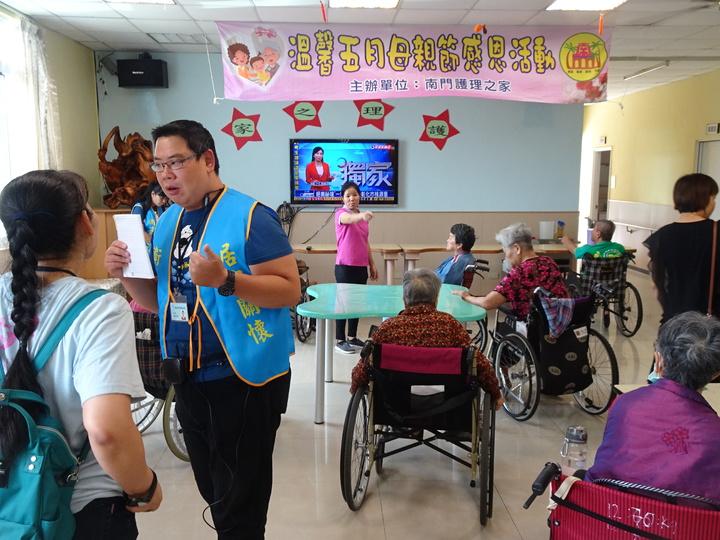 屏東縣政府衛生、社福等單位今天上午進駐南門護理之家,為家屬和院生提供服務。記者潘欣中/攝影