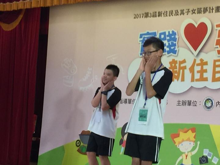 黃智偉(右)今天在台上表演手語歌唱。記者許家瑜/攝影