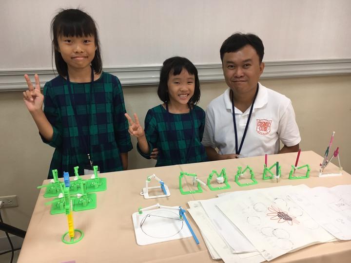 劉落凡(左1)和馬來西亞籍爸爸劉元宇(右)設計新型圓規。記者許家瑜/攝影