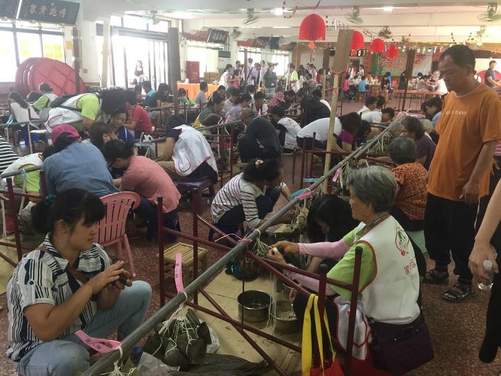嘉義家扶中心今早在朴子市配天宮香客大樓舉辦包粽活動,共有53戶參加。記者黃煌權/攝影