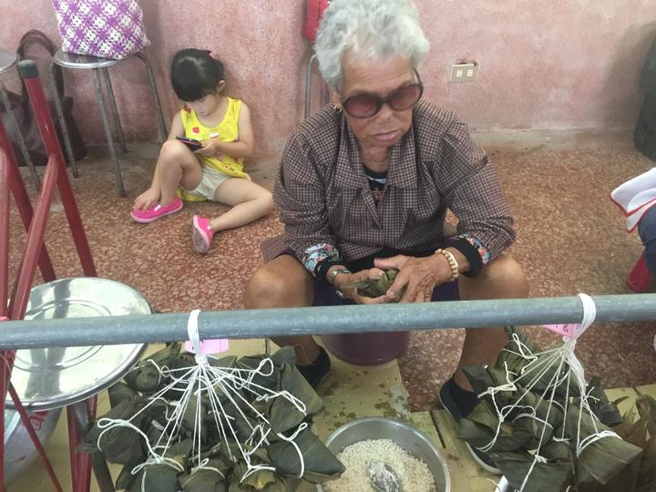 高齡86歲且腰部受傷的張陳阿雪,平均不到30秒就包好1顆粽子,讓「隊友」們直呼:「太強了吧」。記者黃煌權/攝影