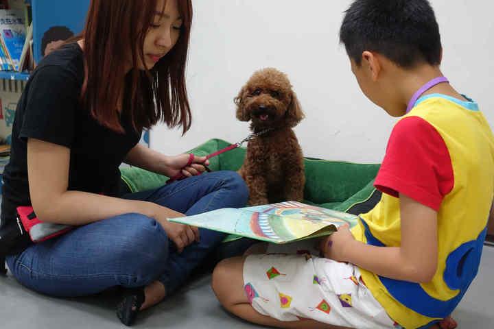 領犬員正引導孩子專注閱讀。圖/教育部提供