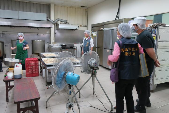 高雄市消保官會同衛生局人員稽查粽子製造工廠。記者謝梅芬/翻攝