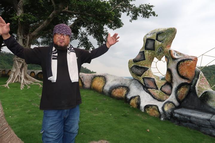 百步蛇形成的心型情人座,是杜寒菘結合地景展現的原民藝術。記者翁禎霞/攝影