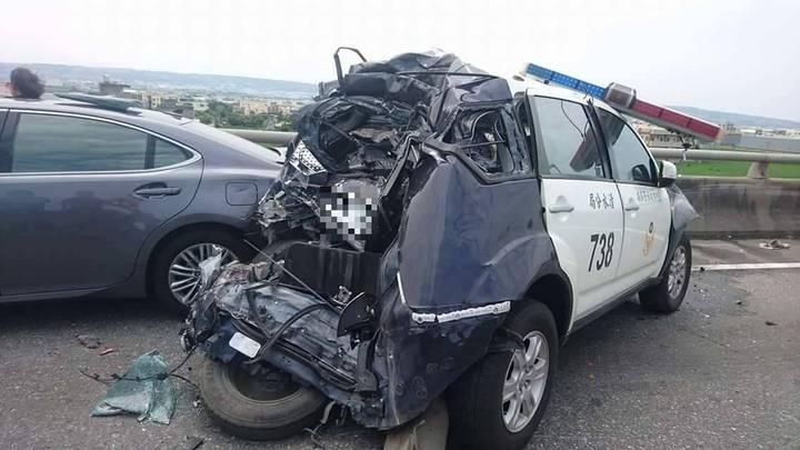 清水分局交通隊前往西濱快速道路處理事故時,警車遭到大貨車追撞,所幸沒人受傷。圖/清水分局提供