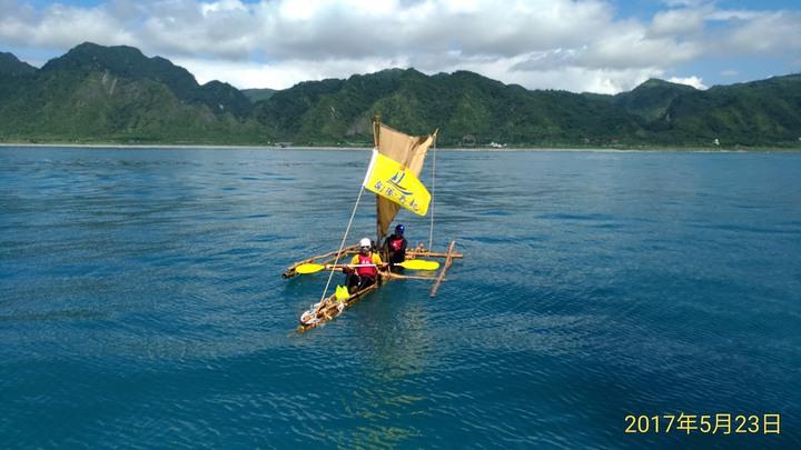 10名年紀均年齡68歲的不老水手,划著自製的竹筏「南風4號」前往日本與那國島。圖/蘇帆基金會提供