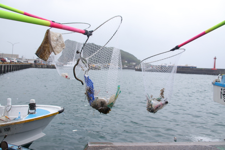 漁業處在深澳漁港設置10處「環保隨手撈」,以垃圾桶搭配手撈網具,鼓勵漁民、漁工能舉手之勞將垃圾撈起。記者曾健祐/攝影