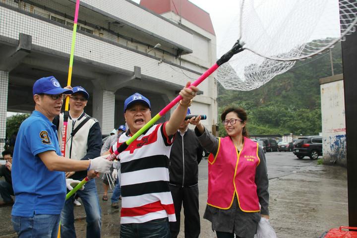 新北副市長葉惠青(左)與瑞芳區漁會總幹事黃志明(右2),一起用手撈網撈除港區的海漂垃圾。記者曾健祐/攝影