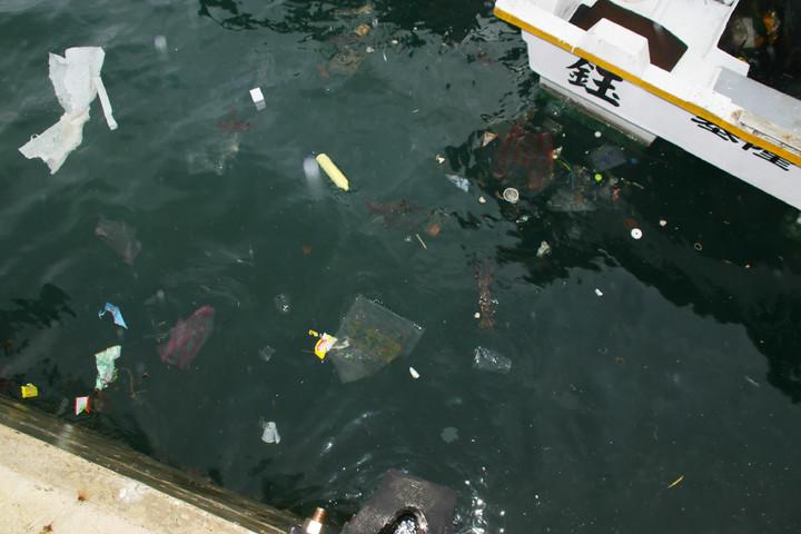 深澳漁港受地形、海流影響,垃圾常常只進不出,造成港區充斥著各式塑膠袋、寶特瓶垃圾。記者曾健祐/攝影