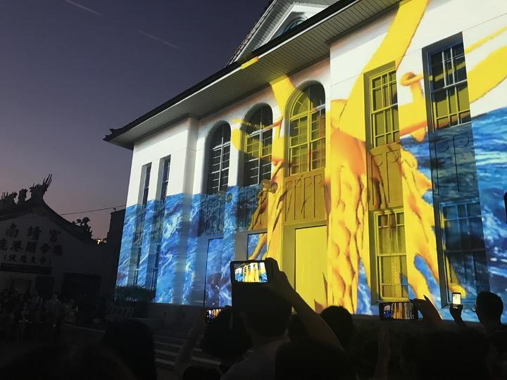 鹿港公會堂的光雕秀擠滿人潮欣賞。記者林宛諭/攝影