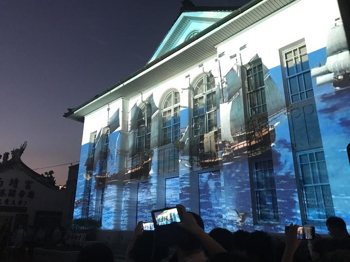 鹿港公會堂的光雕秀融入早期鹿仔港千帆景象,今晚擠滿人潮欣賞。記者林宛諭/攝影
