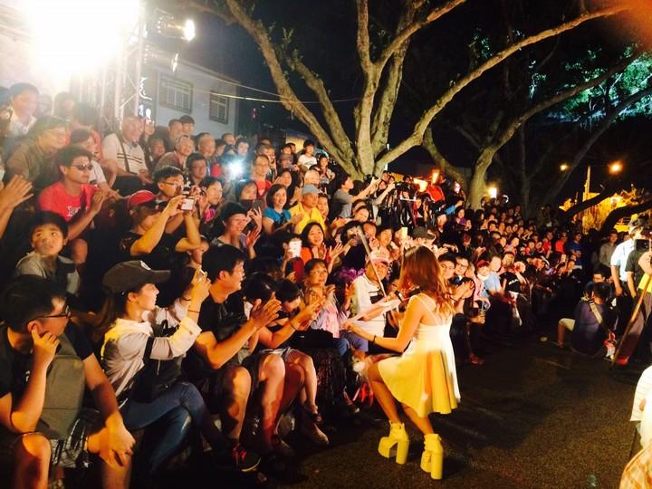 歸鄉文化節晚會演出者與現場民眾互動頻繁。記者鄭國樑/攝影