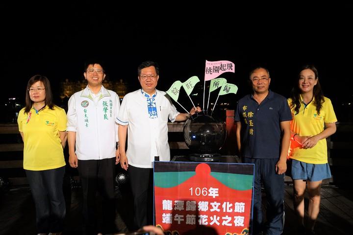 桃園市長鄭文燦(左三)、客家事務局長蔣絜安(右一)和民代出席歸鄉文化節晚會。圖/桃園市客家事務局提供