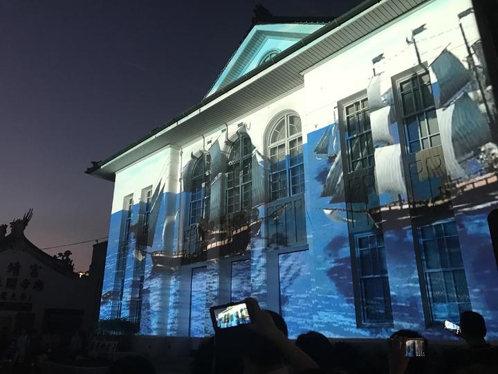 公會堂前夜間光雕秀7點開始,配合活動多次放映,民眾可把握今天最後一天觀賞。記者林宛諭/攝影