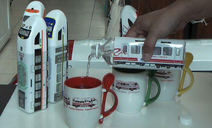 火車造型的瓶蓋可取下當杯子使用。記者徐如宜/攝影