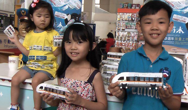 可愛的火車造型水,小朋友愛不釋手。記者徐如宜/攝影
